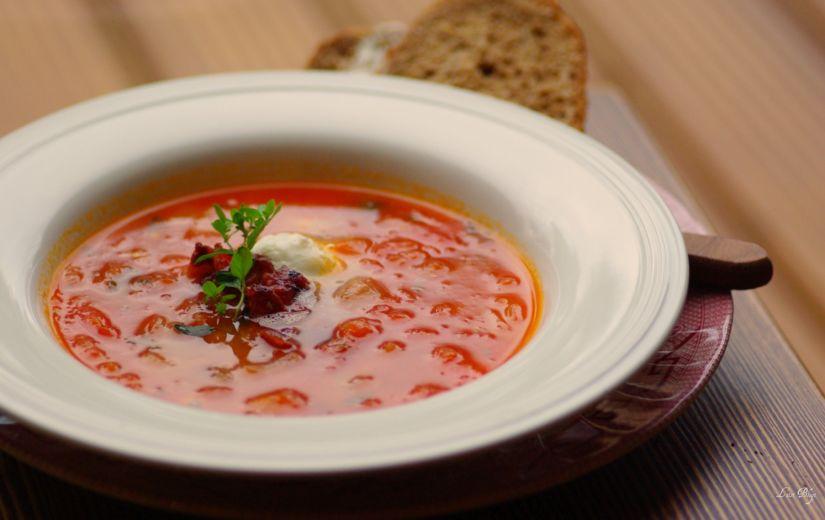 LIISI LAANEMÄE TOIDUBLOGI: Tomati-sibulasupp peekoni ja mozzarella-kirssidega