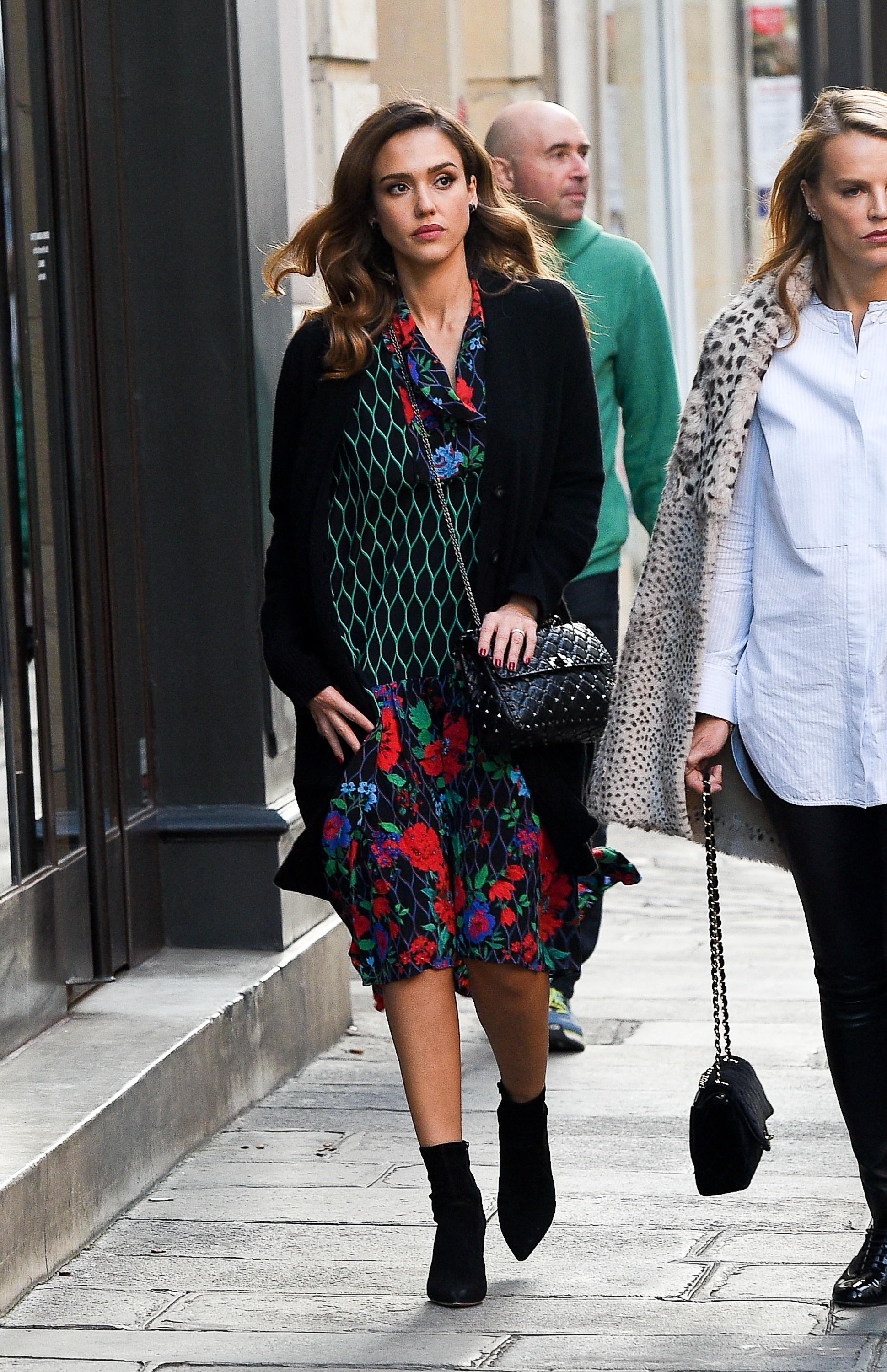 PARIS, FRANCE - OCTOBER 02:  Actress Jessica Alba is seen strolling in 'Le Marais' quarter on October 2, 2016 in Paris, France.  (Photo by Marc Piasecki/GC Images)